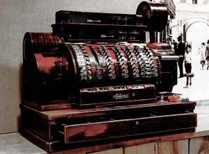 Caja registradora antigua en La Genuina Arroz y Tapas