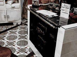 Cocina antigua de decoración en La Genuina Arroz y Tapas